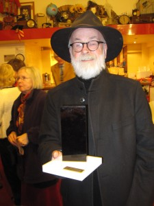 Terry Pratchett con su Ignotus